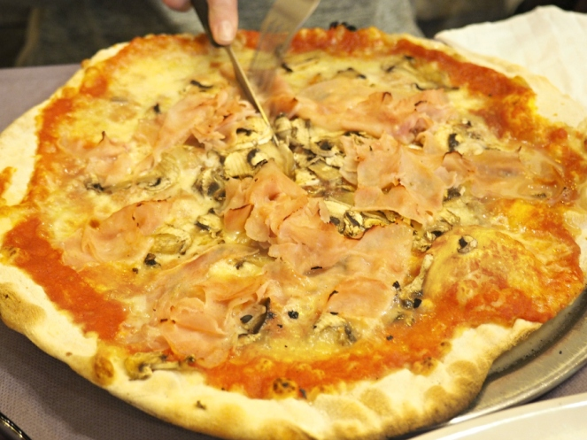 Pizza in Rome Italy, Food Travel Blogger